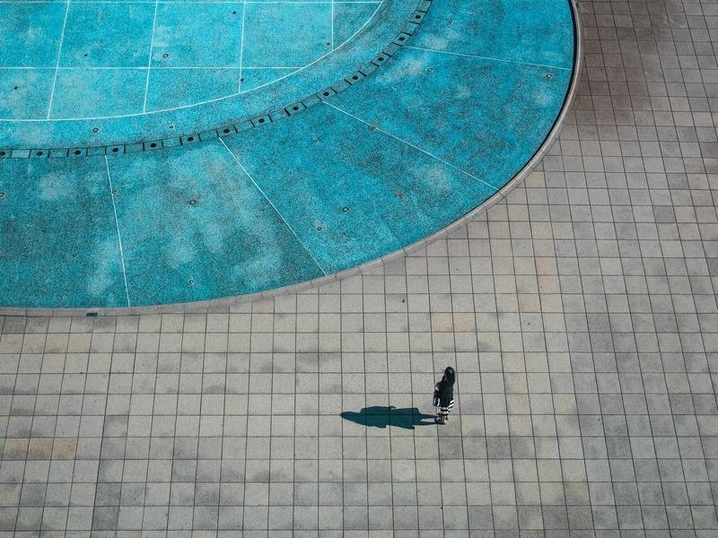 Cómo limpiar la piedra de la piscina